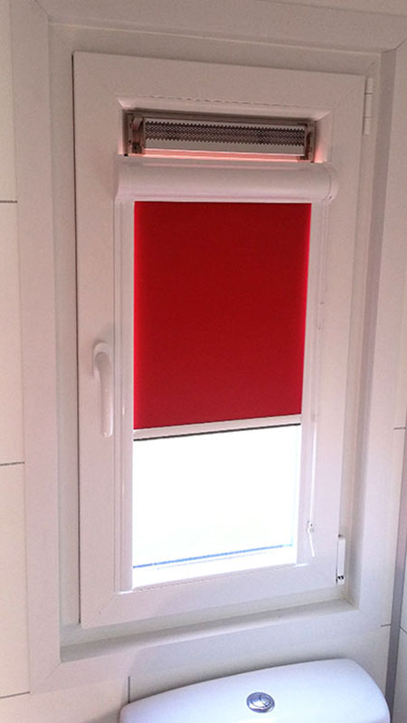 yana dim out in badkamer stacaravan te Zeewolde (2)   Rolgordijnen ...